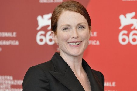 1200px-Julianne_Moore_-_66th_Venice_International_Film_Festival,_2009.jpg